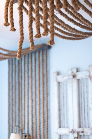 Fotografi av rep som löper längs väggarna