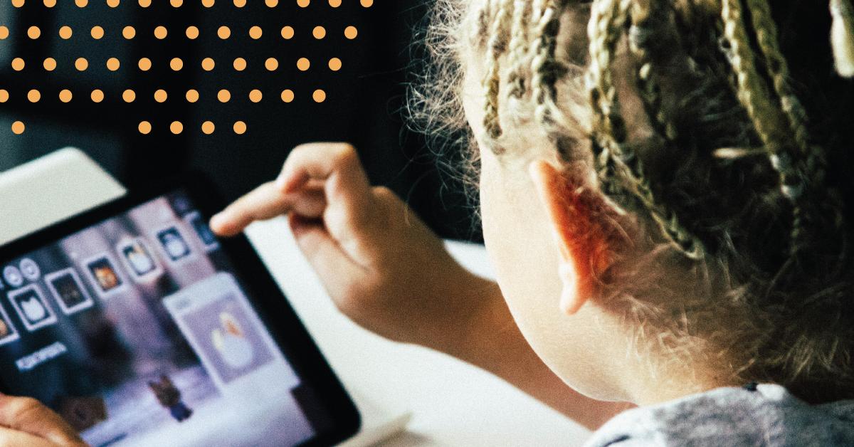 Fotografi av den digitala generationen med ett barn som tittar och pekar på en iPad.