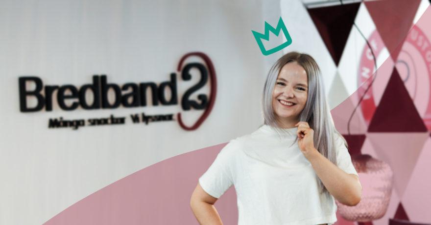Fotografi på Amanda, Bredband2:s filmkritiker som står framför Bredband2:s logga.