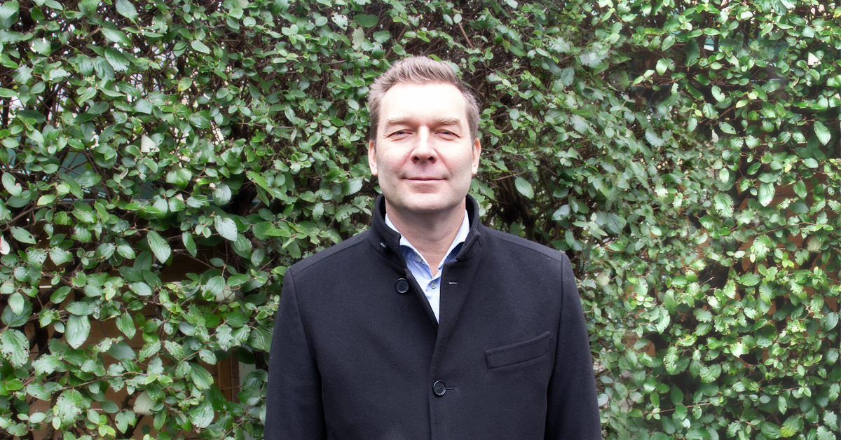 Fotografi på Bredband2:s VD Daniel Krook som står framför en lövbeklädd bakgrund.