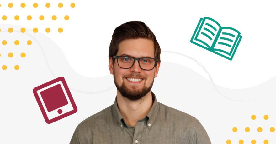 Bild på vår medarbetare Rasmus som tipsar om olika böcker. Illustration i bakgrunden som visar en bild och skärmplatta.